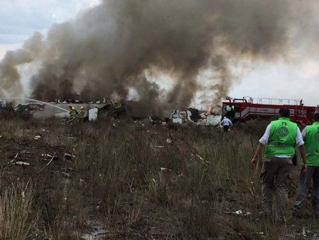 Labores de extinción del incendio tras el accidente.