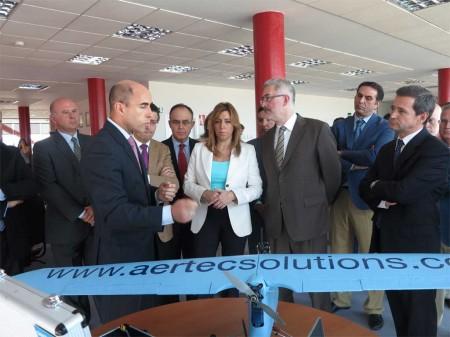 Susan Díaz, consejera de Presidencia de la Junta y candidata a las primarias andaluzas, recibe explicaciones sobre las actividades de Aertec Solutions, una de las empresas del nuevo centro de ingeniería de Aerópolis