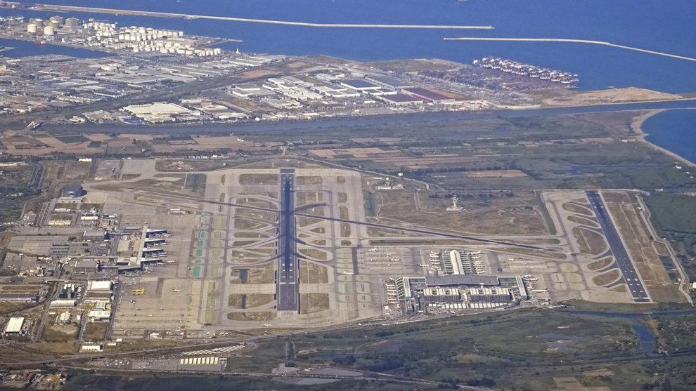 Vista aérea del aeropuerto de Barcelona el Prat con parte de la zona franca y el puerto en la zona superior de la foto.