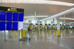 La terminal 1 del aeropuerto de Barcelona El Prat vacía por el COVID-19.