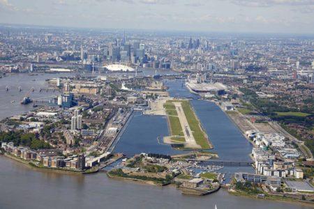 El aeropuerto de London City es uno de los que usan sendas de palneo por encima de los 4,5 grados para que olos aviones puedan mantener la separación vertical con los obstáculos en el suelo.