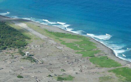 El aeropuerto de la isla de Montserrat cubierto por la lava.