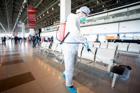 Trabajos de desinfección en un aeropuerto por el COVID-19.