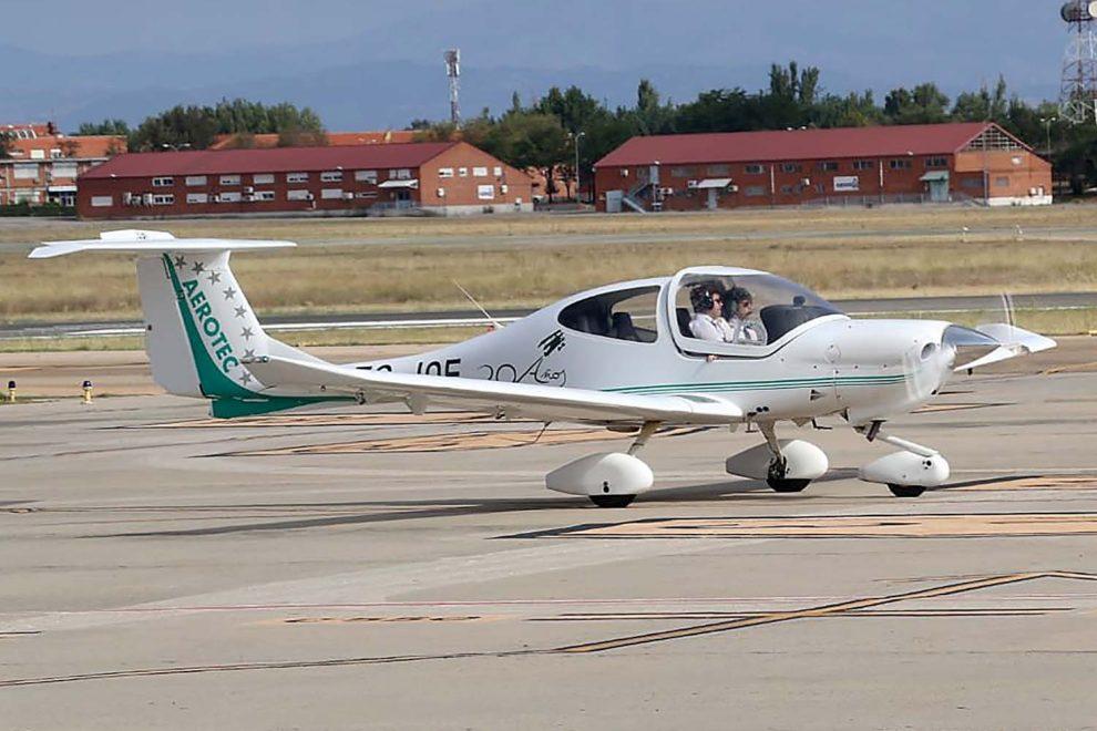 Aerotec fue fundada en 1993 y ha formado a más de 2.000 pilotos en sus bases de Cuatro Vientos, Sevilla y Palma de Mallorca.