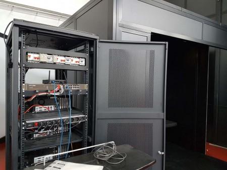 Los ordenadores que controlarán el simulador y la zona de la estación del instructor se están montando por separado a la cabina de pilotaje.