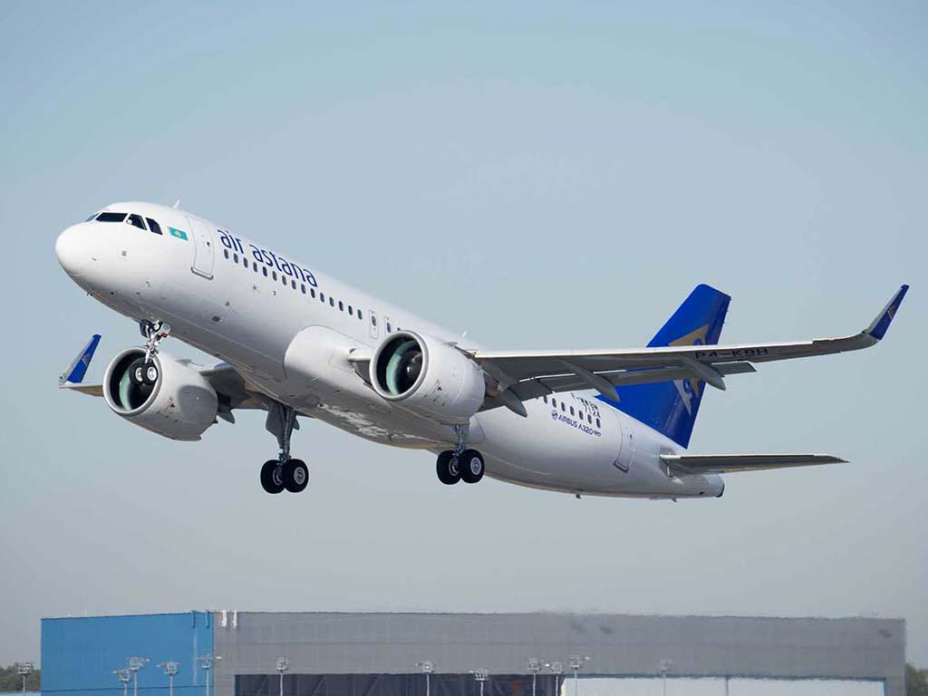El primer Airbus A320 de Air Astana en uno de sus vuelos de prueba.