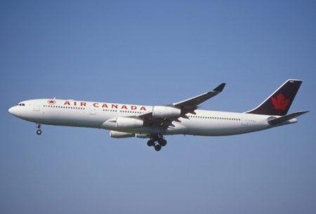 Los aviones de Air Canada lucieron una cola de un verde tan oscuro que parecía negro entre 1994 y 2004.