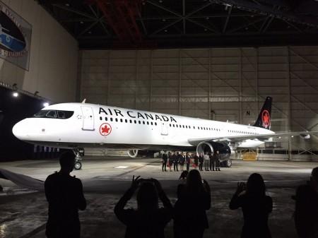 Air Canada ha presentado sus nuevos colores en varias ciudades canadienses con un avión con ellos en cada presentación. En este caso el Airbus A321.