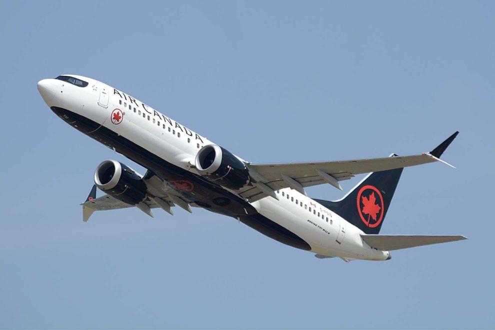 Boeing 737 MAX de Air Canada despegando de Londres Heathrow.