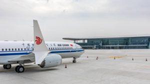 El primer Boeing 737 MAX 8 entregado desde el nuevo centro de acabado y entregas de Boeing en China.