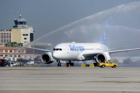 Recibimiento con el tradicional arco de agua al Boeing 787 de Air Europa a su llegada a Madrid.