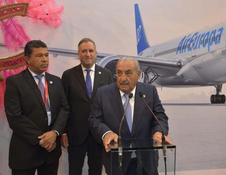 Juan José Hidalgo junto al vice presidente de Honduras, Ricardo Álvarez (al centro) y el director de Turismo de Honduras, Emilio Silvestri.