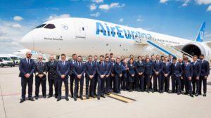 Juan José Hidalgo y la tripulación junto a los jugadores de La Roja frente al Boeing 787-9 de Air Europa en el que la selección española de fútbol vuela hacia el Mundial de Rusia 2018.