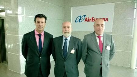 José María Hoyos, subdirector de air Europa (izqda.), el Cónsul de España en Oporto, Antonio Martínez y el delegado de Air Europa en Portugal, José Minguez