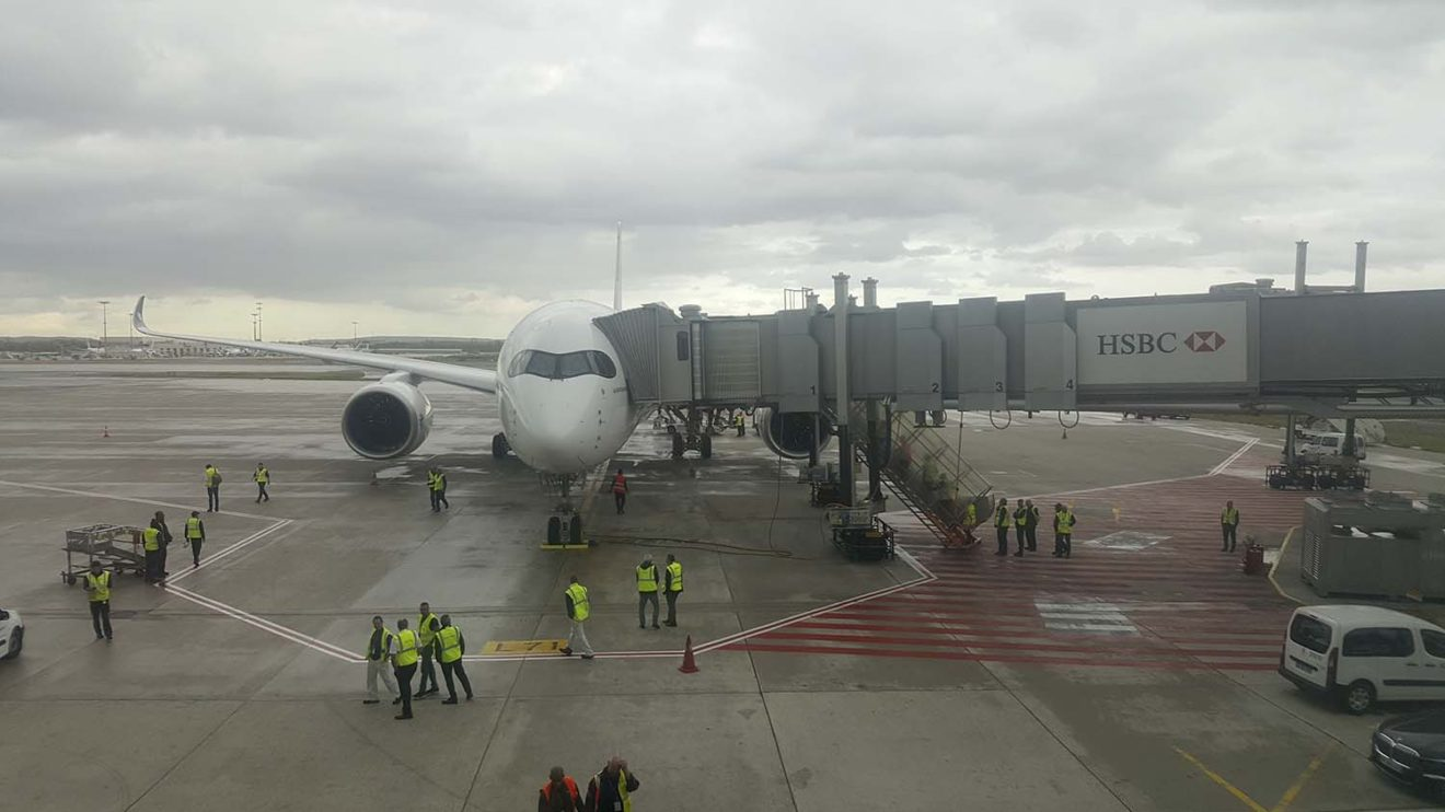 A la llegada a París, el A350 fue recibido por un gran número de empelados de Air France.