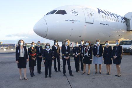 La comandante Laurence Elles Mariani y su tripulación a la llegada a Buenos Aires.