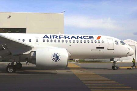 El A220 de Air France porta los nuevos títiulos grandes introducidos con el B-787 y que desdde hace unos pocos meses está aplicando a sus avkiones de un pasillo.