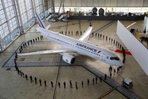 El primer Airbus A220 de Air France durante su presentación en París.