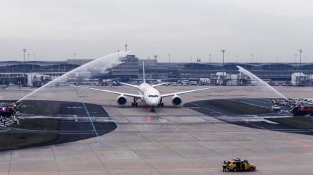 Arco de agua para el Boeing 787-9 de Air France a su llegada a París procedente de la factoría de Boeing en Seattle.