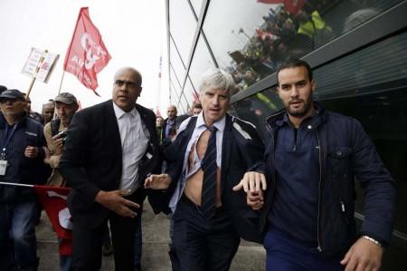 Pierre Plissonnier, director de Air France en el aeropuerto de Orly fue uno de los directivos agredidos. Su compañero, Xavier Broseta, vice presidente de recursos humanos acabó en top less completo y teniendo que saltar una valla para huir.