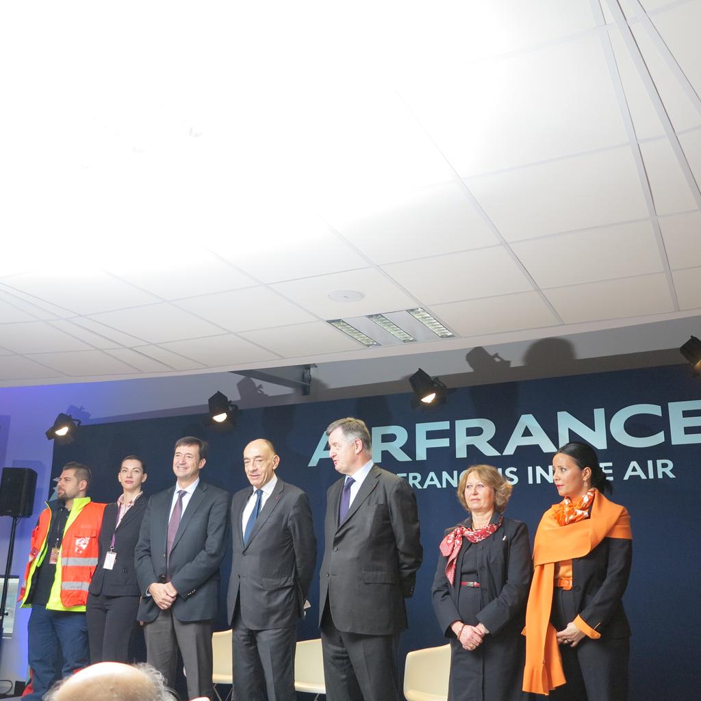 El presidente de Air France/KLM, Jean Marc Janaillac, en el centro, rodeado por el staff de Air France y Aérports de Paris.