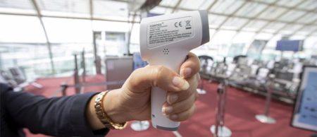 termómetro sin contacto usado por Air France para tomar la temperatura a sus pasajeros.qtermómetro sin contacto usado por Air France para tomar la temperatura a sus pasajeros.