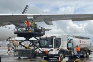 Carga del biocombustible en el A350 de Air France para el vueloa Montreal.