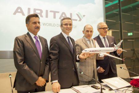 Akbar al Baker (presidente de Qatar Airways), segundo por la derecha, junto a los directivos de Meridiana/Air Italy, en la presentación de la nueva imagen de la compañía.