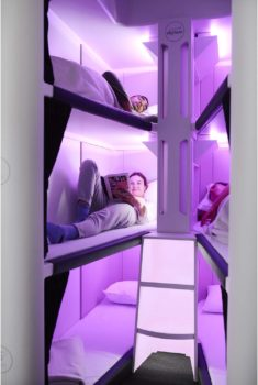 Cada cama contará con sábanas, almohada, luz de lectura, cortinas, y posiblemente toma USB y otros equipos.