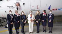 Bettina Kadner, de blanco, junto a Paz Ferrer y la tripulación del primer vuelo del avión.