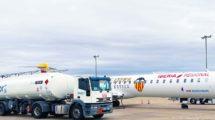 El CRJ1000 EC-MXA, decorado para el centenario del Valencia, junto a camión cisterna que suministrará el biocombustible.