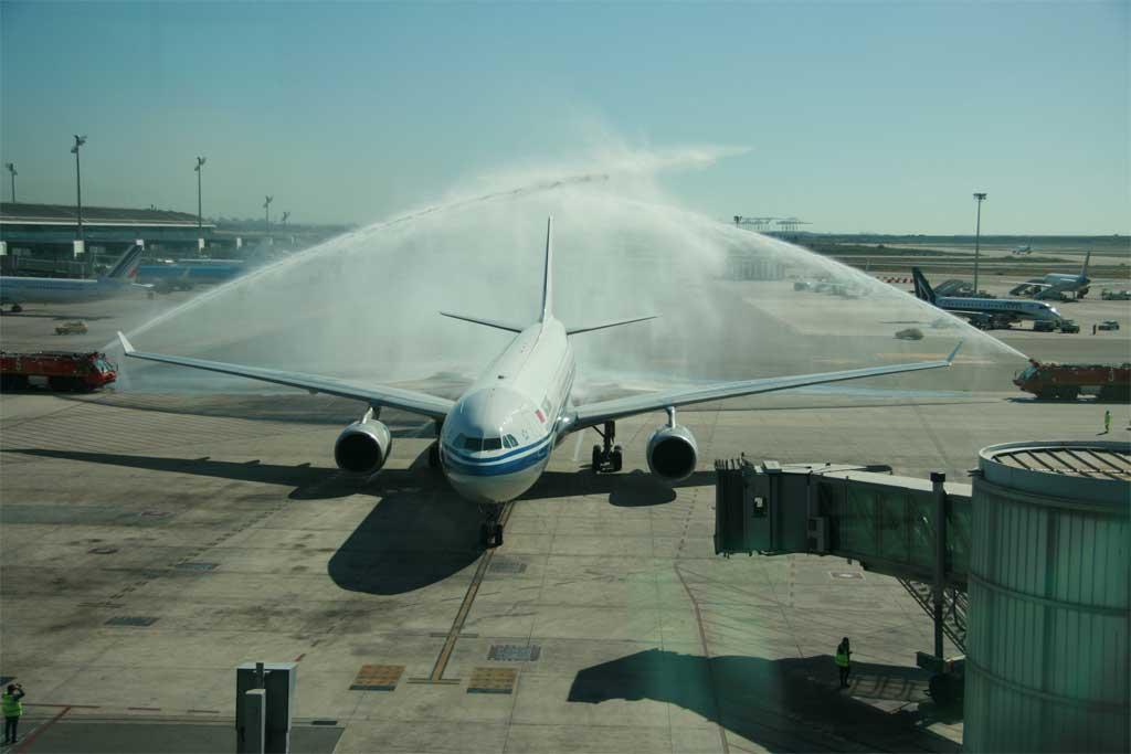 El A330 de Air China fue recibido en El Prat con el tradicional arco de agua