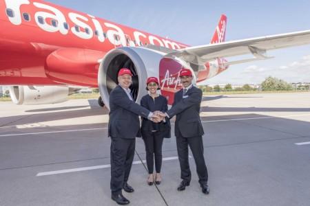 Kiran Rao, vice presidente ejecutivo de Estratégia y Marketing de Airbus (priemro a la izquierda) ha sido el encargado de entregar a Aireen Omar, consejero delegado de Air Asia (al centro) este primer A320neo con Bruno Castola, vive presidente de CFM International para programas de Airbus como testigo.