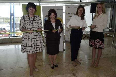 Irina Pilipenko, directora de Ventas de Air Baltic, Argita Dauze, embajadora de Letonia en España y Elena Mayoral,  directora del aeropuerto de Madrid Barajas cortan la cinta inaugural del vuelo de Air Baltic.