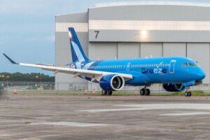 El primer Airbus A220 de Breeze tras su salida del hangar de pintura.