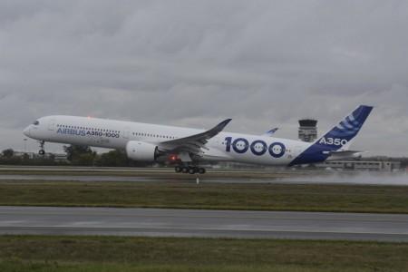 Despegue del Airbus 350-1000 en su vuelo inaugural en Toulouse.