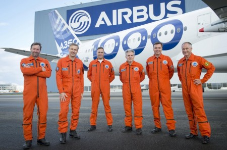 La tripulación frente a su avión un par de días antes del primer vuelo.