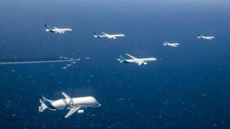 Para celebrar sus 50 años Airbus organizó un vuelo en formación de sus aviones en producción junto a la Patrulla de Francia.