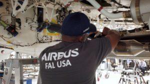 Trabajos en el primer Airbus A220-300 que se está montando en Mobile.