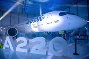 El C Series/A220 número 100 construido para un cliente porta en su lateral un recordatorio de este hito.