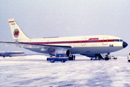 El segundo prototipo del A300 con los colores de Iberia en uno de sus laterales.