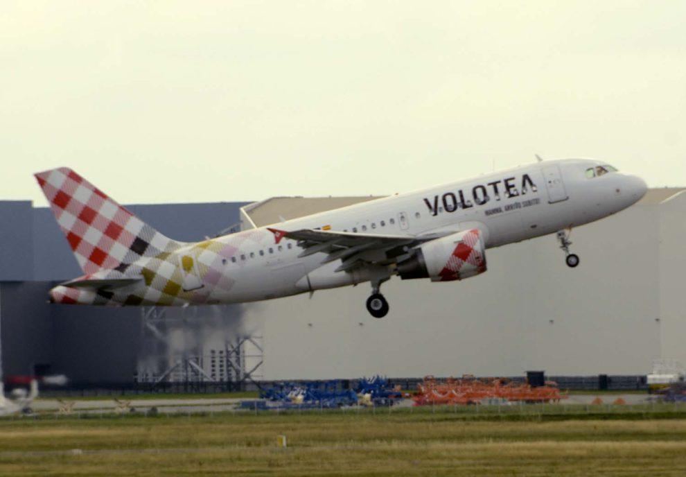 Airbus A319 de Volotea despegando del aeropuerto de Toulouse.
