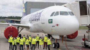 Personal de Airbus celebra la entrega del segundo A320neo de Flyadeal en Toulouse.