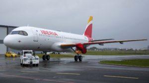 El primero de los Airbus A320neo de Iberia poco después de ser pintado, aún sin sus motores ni portar el nombre Patrulla Águila.