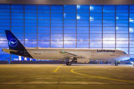 El Airbus A321 D-AISP con los nuevos colores de Lufthansa frente a los hangares de la aerolínea en Munich.