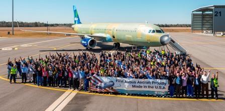 Los empleados de Airbus en Mobile celebrando el final del montaje del primer Airbus made in USA.