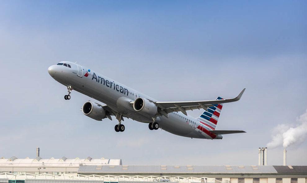 El primer A321neo de American Airlines despegando de la factoría de Airbus en Finkenwerder en uno de sus vuelos de prueba.