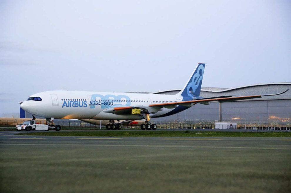 El primer A330-800 instantes después de salir del hangar de pintura en Toulouse.