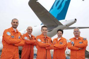 La tripulación del primer vuelo: de izquierda a derecha: Cedric Favrichon, ingeniero de vuelo; Bernardo Sáez-Benito, Yann Beaufils, pilotos; Emiliano Requena y José Ángel Corugedo, ingenieros de vuelo.
