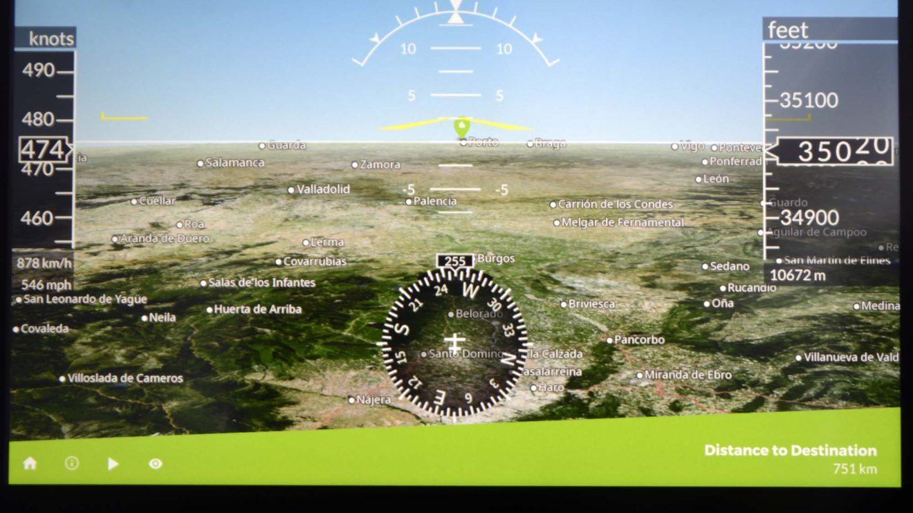 El sistema de entretenimiento a bordo incluye los habituales mapas para seguir la ruta con diferentes vistas.
